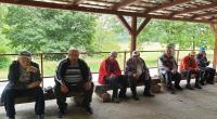 Posedenie na terase turistickej chaty na Rozbehoch