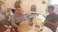 Posedenie s klientmi v kaviarni v Assisi