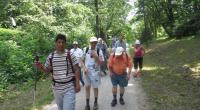 Zostup turistov po lesnom chodníku do obce Cerová