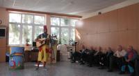 Prijímatelia sociálnej služby pozorne sledujú divadelné predstavenie
