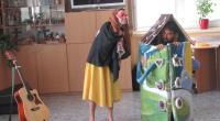 Divadelníci hrajú rozprávku o Medovníkovej chalúpke