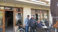 Klienti pred cukrárňou na terase